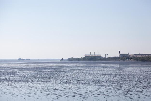 Fabriek ligt dicht bij de zee