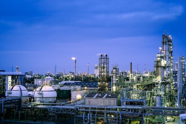 Fabriek van petrochemische fabriek met twilight hemelachtergrond