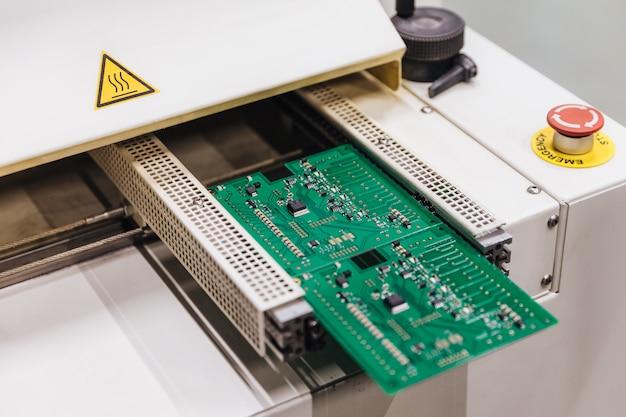 Fabriek van productie-microchip. productie van elektronische of computeronderdelen