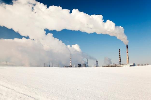 Fabriek voor de productie van chemische producten in het winterseizoen.