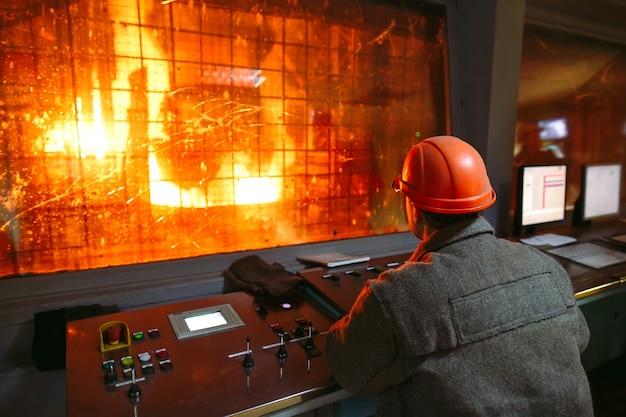 Fabriek voor de productie van staal met bedieningspaneel