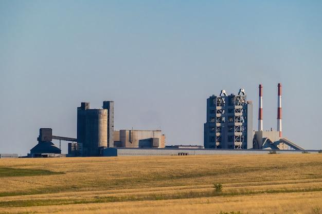 Fabriek voor de winning en verwerking van grind en zand voor gebruik in wegen en de bouwnijverheid. Premium Foto