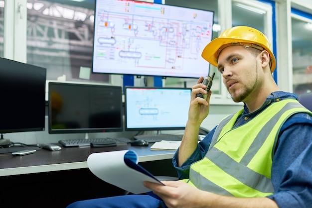 Fabriek werknemer instructies geven vanuit office