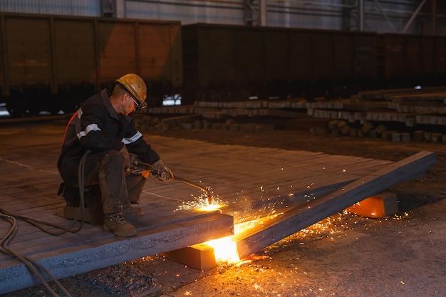 Fabrieksarbeider bij de close-up van het fabriekslassen