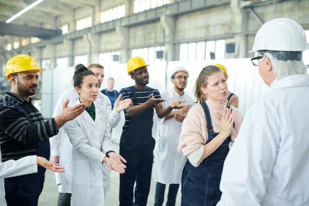 Fabrieksarbeider die manager om hulp vraagt