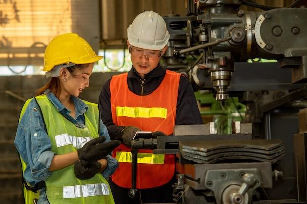 Fabrieksarbeider en ingenieur als team dat in een fabriek werkt.