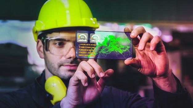 Fabrieksarbeider gebruikt toekomstig holografisch schermapparaat om productie te controleren