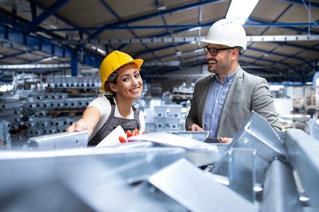 Fabrieksarbeider in uniform presenteert nieuwe producten aan de manager