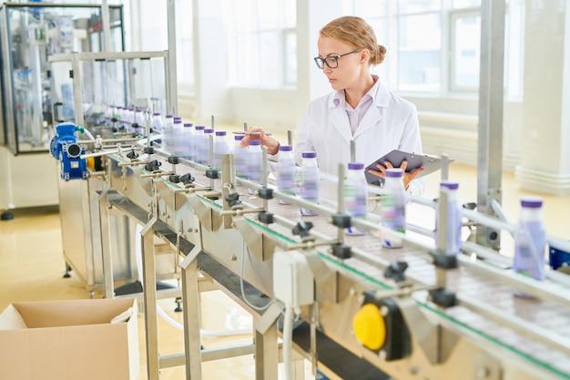 Fabrieksarbeider verpakt in werk