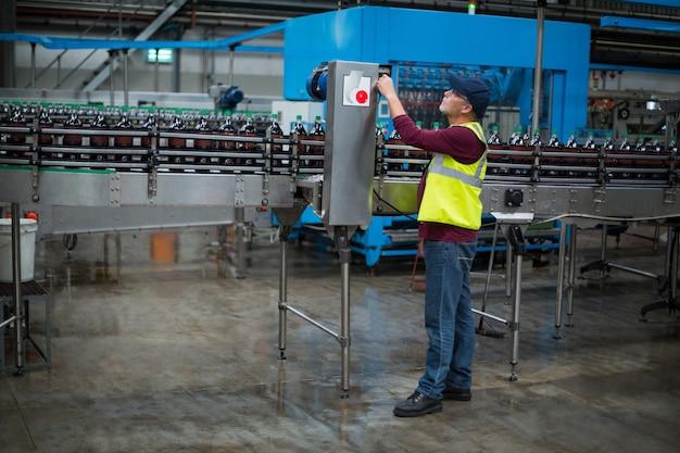 Fabrieksarbeider werkende machine