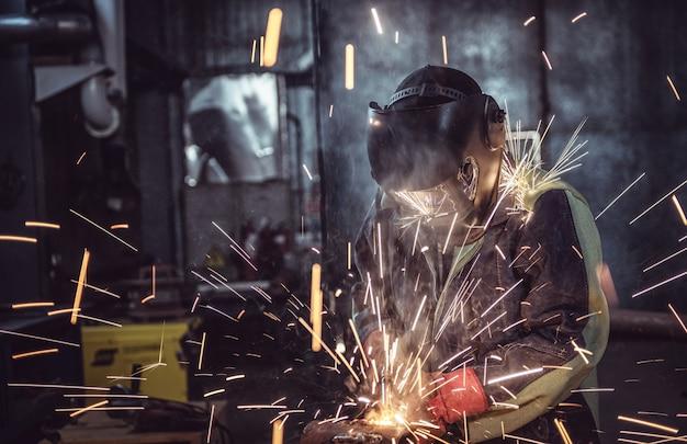 Fabrieksarbeiderarbeider bij de fabriekslassen staalstructuur