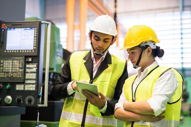 Fabrieksarbeiders controleren voorraad in tablet