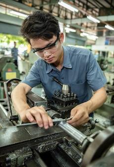 Fabrieksarbeiders inspectieproduct met schuifmaat remklauwen