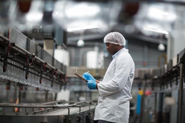 Fabrieksingenieur die digitale tablet in de fabriek gebruiken