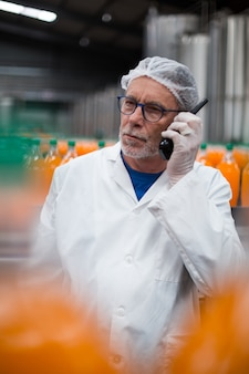 Fabrieksingenieur praten over walkie talkie