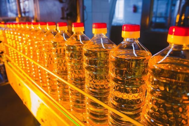 Fabriekslijn van productie en vullen van geraffineerde olie uit zonnebloempitten.