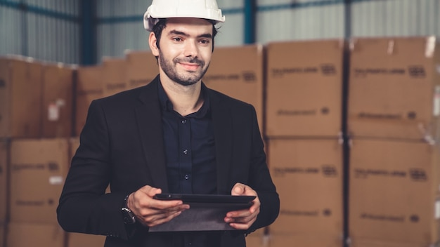 Fabrieksmanager met behulp van tabletcomputer in magazijn of fabriek