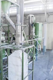 Fabrieksuitrusting voor verwerking en recycling van plastic flessen. pet-recyclingfabriek
