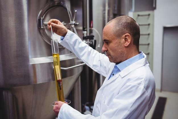 Fabrikant die bier onderzoekt bij brouwerij