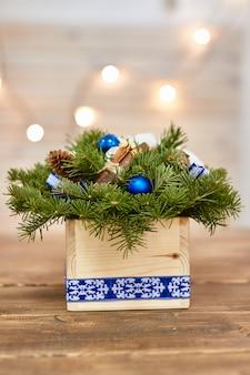 Fabrikant van kerstdecor met hun eigen handen. kerst doos met twijgen voor de vakantie