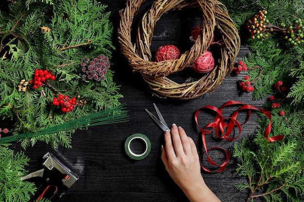 Fabrikant van kerstdecor met hun eigen handen. kerstkrans voor de vakantie. het nieuwjaarsfeest. masterclass over het maken van decoratieve ornamenten. bovenaanzicht. plat leggen nieuwjaar