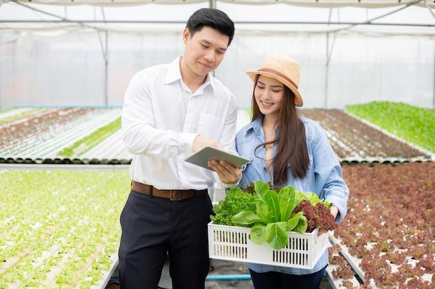 Fabrikanten sturen manden biologische groenten voor consumenten.