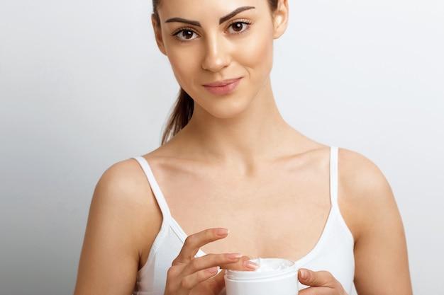 Face skincare vrouw met gezonde, vlotte gezichtsreiniging