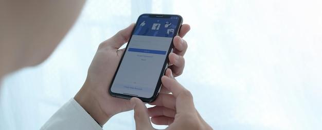 Facebook-app-logo voor sociale media op de registratiepagina voor aanmeldingsregistratie op het scherm van de mobiele app