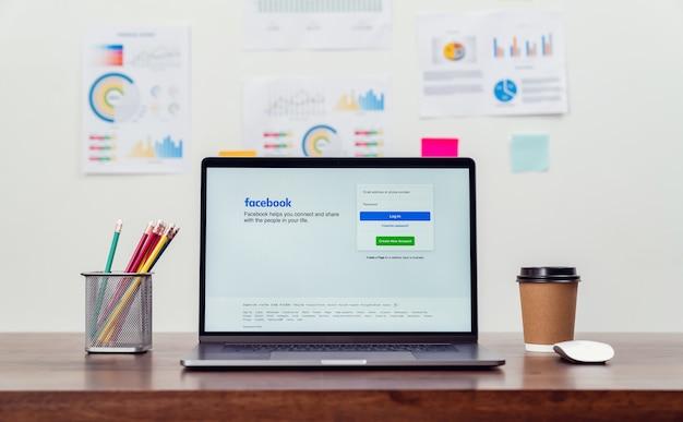 Facebook-scherm op apple macbook