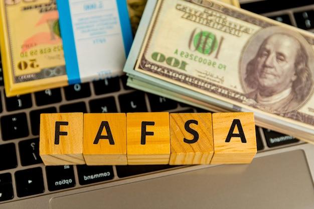 Fafsa. aanvraagformulier voor studiefinanciering op de tablet.