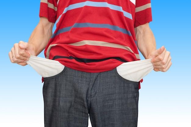 Failliete man toont handen met lege zakken