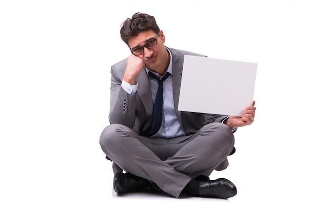 Failliete zakenman die op witte muur wordt geïsoleerd