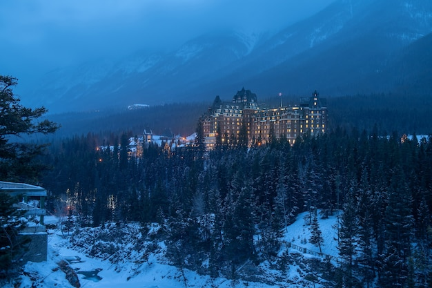 Fairmont banff springs hotel in de winter, nationaal park banff, alberta, canada