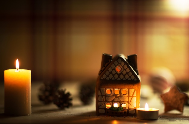 Fairy christmas house cake met kaarslicht binnen en mooie achtergrondverlichting