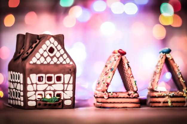 Fairy christmas house cake met kaarslicht binnenin, smalle scherptediepte en achtergrondverlichting