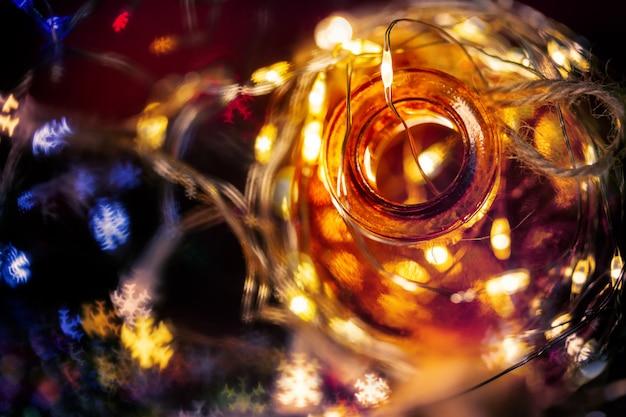 Fairy licht in een glazen pot. kerstmis / gelukkig nieuwjaar decoratie achtergrond.