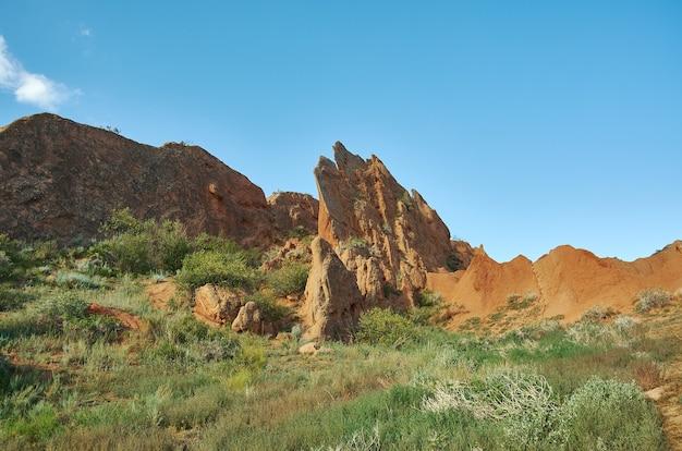 Fairy tale canyon, rotsformaties op het issyk-kul meer. kirgizië.centraal-azië