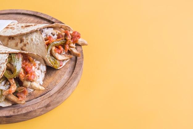 Fajitas en ingrediënten bovenaanzicht en gele achtergrond