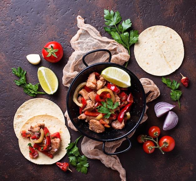 Fajitas met pepers voor het koken van mexicaanse taco's