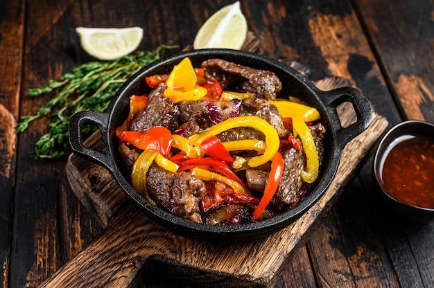 Fajitas rundvlees traditioneel mexicaans eten schotel in een pan