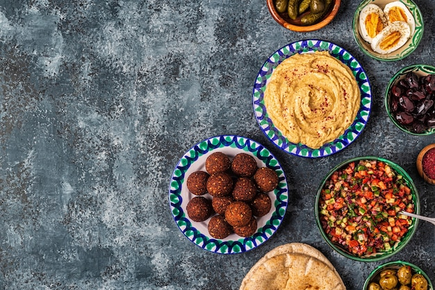 Falafel en hummus - traditioneel gerecht uit de israëlische en midden-oosterse keuken, bovenaanzicht.