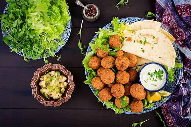 Falafel, hummus en pita. midden-oosterse of arabische gerechten op een donkere tafel