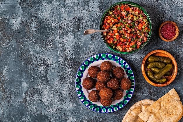 Falafel - traditioneel gerecht uit de israëlische en midden-oosterse keuken, bovenaanzicht.