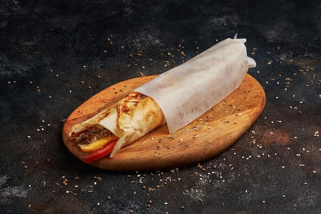 Falafel wrap - fast food, donkere fotografie