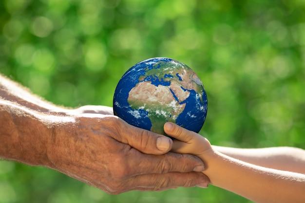 Familie 3d-planeet in handen houden. earth handschoen. red onze planeet