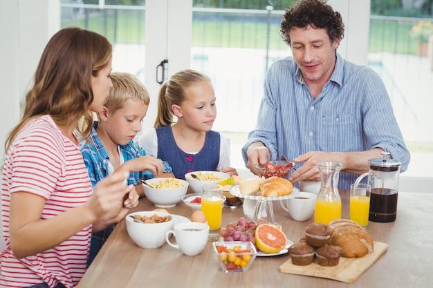 Familie aan het ontbijt aan tafel