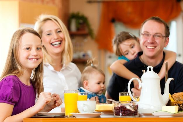Familie aan het ontbijt