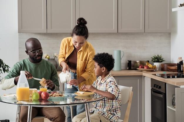 Familie aan het ontbijten in de keuken