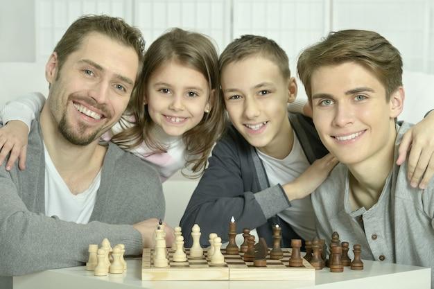 Familie aan het schaken op een tafel thuis