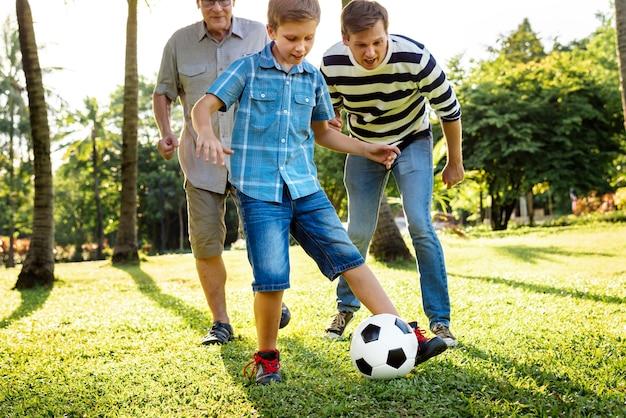 Familie aan het voetballen in de tuin